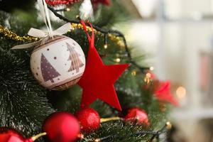 julgran med julgranskulor och röd stjärna foto