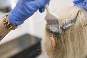 närbild frisör färgning klient foto