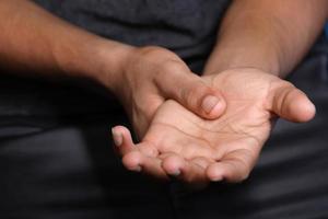 man massera handen foto