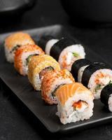 närbild tallrik med sushi foto