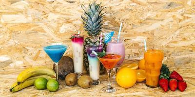 cocktails och tropiska frukter foto