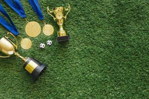 fotboll bakgrund med medaljer och trofé foto