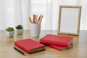 arrangemang med böcker på ett skrivbord foto