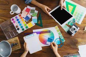 konstnärer som arbetar vid skrivbordet foto