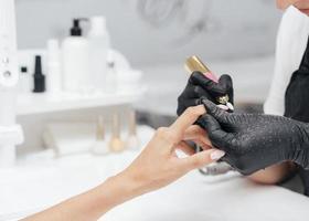 vacker kvinnas hand på en salong foto
