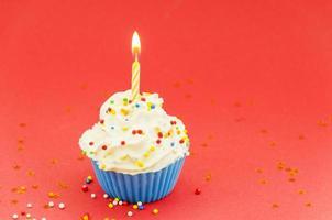 födelsedag muffin med ljus foto