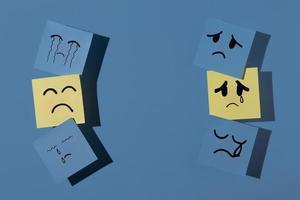 blå måndag med klisterlappar och kopieringsutrymme foto