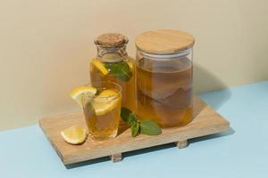 sortiment med fermenterad kombuchadryck foto