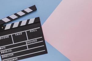 bio clapboard på blå rosa geometrisk bakgrund foto