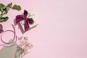 kopia utrymme rosa bakgrund med gåva foto