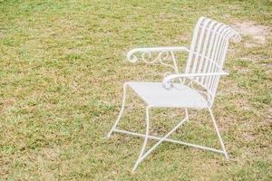 tom stol i trädgården foto