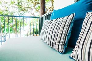 bekväm kudde på soffan dekoration uteplats foto