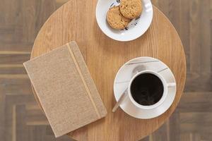 kopp kaffe på bordet foto