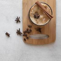 koppar kaffe med kryddor på bordet foto