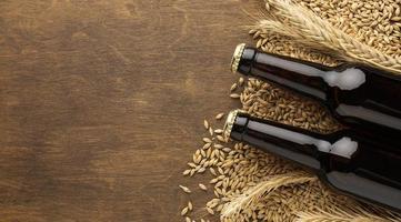 ölflaskor på kornbakgrund foto