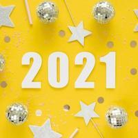 platt låg vackert nyårskoncept på gul bakgrund foto