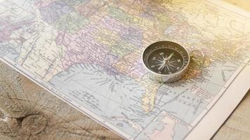 närbild kompass av Nordamerika karta foto
