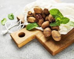 pekannötter på bordet foto