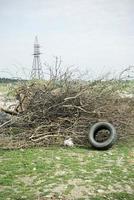 bevis för miljöföroreningar. öde område med massor av skräp. foto