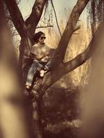 modekvinna utomhus i vårlandskap foto