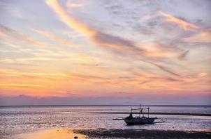 njuter av solnedgången vid Lakawon Beach vid Cadiz, Negros Occidental foto