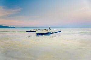 liten båt vid stranden av Boracay, Filippinerna foto