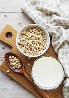 sojamjölk och soja på bordet foto