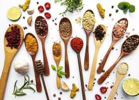 olika kryddor isolerad på vit bakgrund, ovanifrån foto