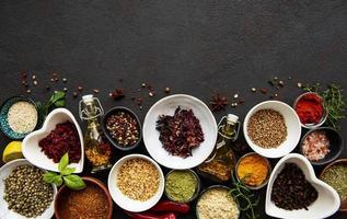 olika kryddor i en skål på en svart foto