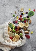 olika torkade frukter och nötter i en ekopåse foto