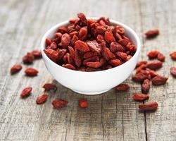torra röda gojibär för en hälsosam kost. foto