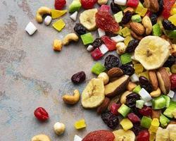 olika torkade frukter och blanda nötter foto