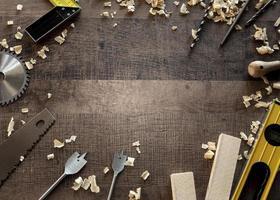 ovanifrån träverktyg på skrivbord med kopieringsutrymme foto