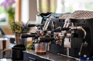 kaffebryggare gör kaffe foto