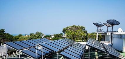 Flygfoto över solcellerna på taket foto