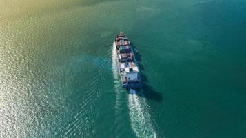 Flygfoto ovanifrån av stort containerlastfartyg foto