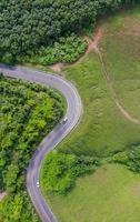 Flygfoto över lantlig väg i landsbygd, utsikt från drönare foto