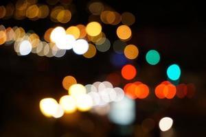 färgglada gatubelysning på natten i staden foto