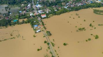 Flygfoto ovanifrån av översvämmade rismarker och byn foto