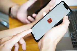Chiangmai, Thailand, 23 januari 2021 - person som använder YouTube-appen foto