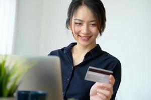 kvinna shopping på en dator foto