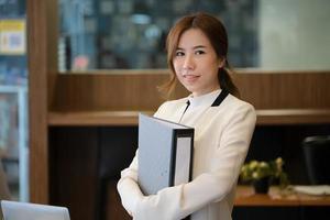 affärskvinna som håller ett bindemedel foto