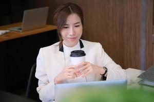 kvinna som håller kaffe foto