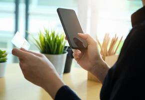 kvinna som betalar på sin smartphone foto