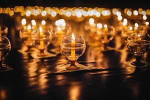 ljus på golvet dekorerade för bön foto