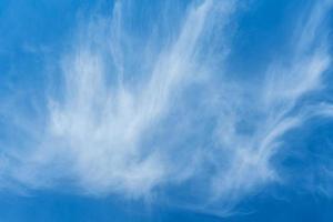 blå himmel med mjuk fjäder som cirrusmoln foto