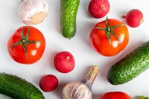 färska grönsaker på en vit bakgrund foto