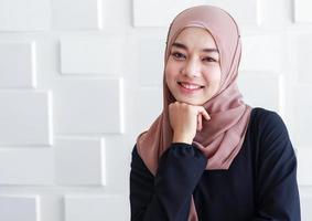 porträtt av en muslimsk kvinna i hijab klänning foto