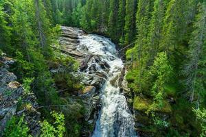 bäck som löper nerför en bergssida foto