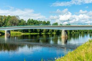 bro som korsar en flod foto